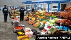 Arxiv fotosu: Bakıda meyvə-tərəvəz bazarı.