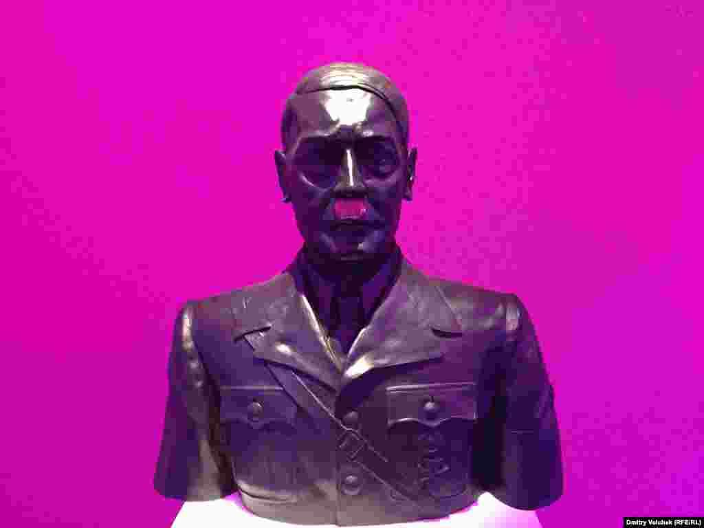Самая хулиганская выставка – в павильоне Гватемалы, она называется «Сладкая смерть». Бюст Магды Геббельс, Берлускони со спущенными штанами в стеклянном гробу, а на них взирает Гитлер с розовыми усами