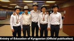 Команда школьников из Кыргызстана, участвовавшая в олимпиаде по физике в Лиссабоне.