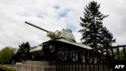 Берлиндегі соғыс мемориалының алдында тұрған совет танкісі. Германия, 15 сәуір 2014 жыл.