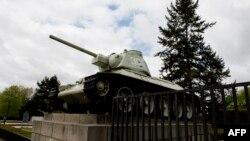 Бранденбург қақпасындағы совет жауынгерлеріне арналған мемориалда тұрған танк. Берлин, 15 сәуір 2014 жыл.