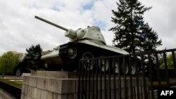 Советский танк на постаменте перед военным мемориалом в Берлине. 15 апреля 2014 года.