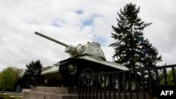 Танк, составляющий часть мемориала советским воинам у Брандебургских ворот в Берлине.