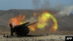 Owganystanyň Milli armiýasynyň esgerleri artilleriýa hüjümini amala aşyrýar.