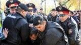Полицейские задерживают участника протеста в Алматы. 26 октября 2019 года.