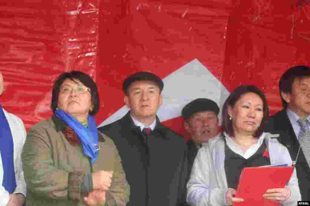 Ошондой эле президент Бакиевди шайлоого чейин кызматтан кетирүүгө аракеттер жасалат - Kyrgyzstan - Protest action of opposition forces in Bishkek, 27Mar2009
