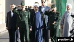 حسن روحانی در کنار محمد علی جعفری (راست) فرمانده سپاه،شهریور ۱۳۹۲