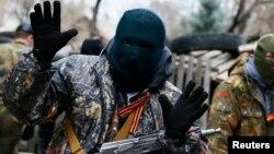 Вооруженный человек в Луганске