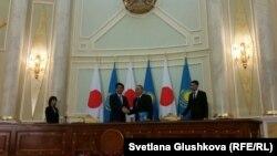 Премьер-министр Японии Синдзо Абэ (слева) и президент Казахстана Нурсултан Назарбаев после подписания соглашений. Астана, 27 октября 2015 года.