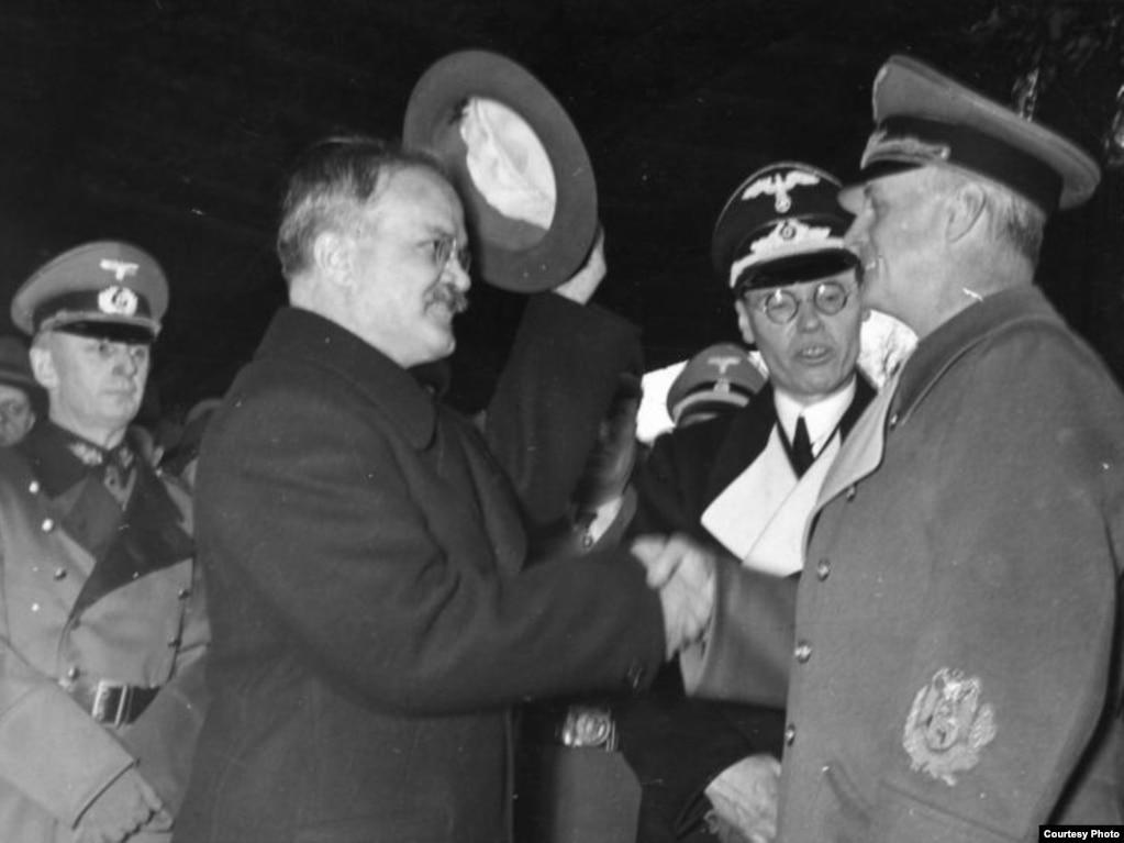 Молатаў (зьлева) у Бэрліне 14 лістапада 1940 году. Пакт аб ненападзе заставаўся ў дзеяньні да нямецкага ўварваньня ў Савецкі Саюз 22 чэрвеня 1941 году.
