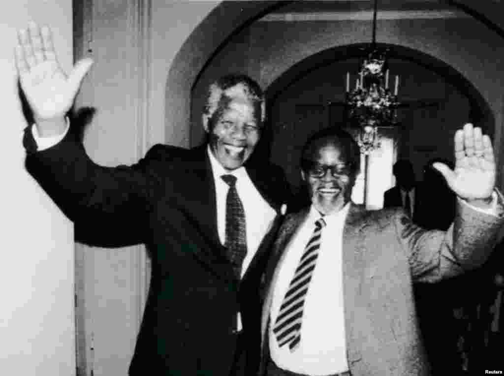 Нэльсан Мандэла і Алівэр Тамба сустракаюцца першы раз пасьля 28 гадоў. Мандэла наведвае Швэцыю, 12 сакавіка 1990 году.