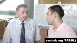 Міхась Пашкевіч перадае ліст у Міністэрства адукацыі.
