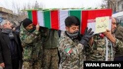 İran əsgərləri qəza qurbanlarını Həmədan şəhərində dəfn edirlər