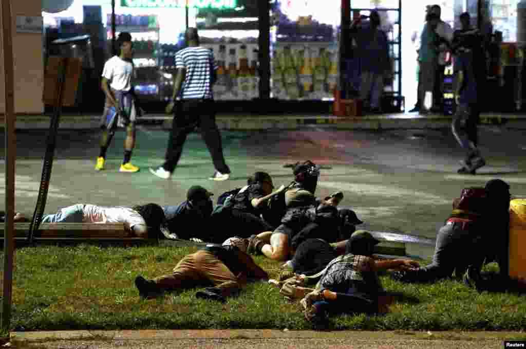 Поліція повідомила, що під час мітингу пролунали постріли, протестуючі перекрили вулиці і почали грабувати магазини