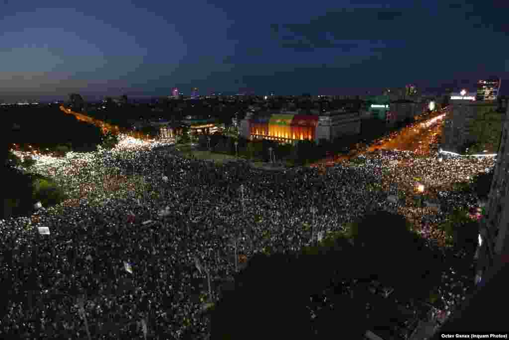 În ciuda faptului că Jandarmeria a tratat protestul ca pe unul violent, mulțimea continuă să se adune în Piața Victoriei. Circa 100.000 de persoane s-au adunat atunci în fața Guvernului României.