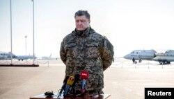 Петр Порошенко сделал заявление о выводе войск из Дебальцева перед тем, как отправиться в зону АТО
