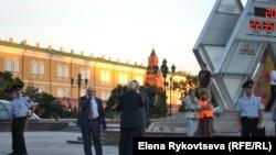 Михаил Федотов следит за происходящий на Манежной. Москва, 18 июля 2013 года