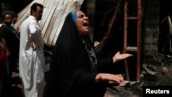 Bagdadyň Sadr etrapçasynda 93 adamyň ölümine we 165 sanysynyň ýaralanmagyna sebäp bolan bomba hüjümlerinden soň, gahar-gazaply aglaýan zenan.