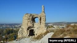 Развалины надвратной башни древней крепости Каламита в Инкермане