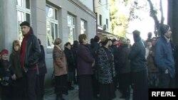 Второй в Зугдиди проходят шумные акции протеста с требованием освободить Котэ Гулордава, арестованного за самосуд над полицейским. По убеждению родственников, он невиновен, поскольку защищал честь семьи