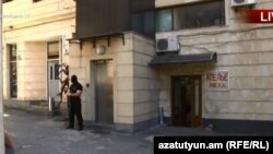 Сотрудник Службы национальной безопасности у дома, где расположена квартира Александра Саргсяна. Ереван, 4 июля 2018 года.