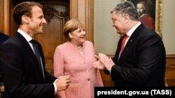 Президент Франції Емманюель Макрон, канцлер Німеччини Анґела Меркель і президент України Петро Порошенко (зліва направо). Аахен, Німеччина, 10 травня 2018 року