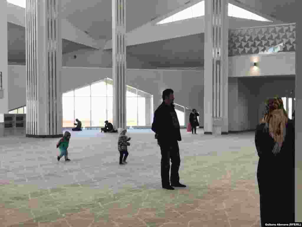 Внутри мечети также преобладает белый цвет, а свет проникает в здание через большие окна. Благодаря наклонным фасадам, которые выступают одновременно и кровлей с витражами, мечеть наполнена ярким светом.