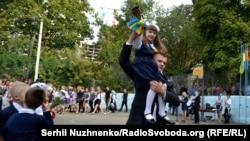 Перший дзвоник у звичайній київській школі (школа № 37), 1 вересня 2016 року