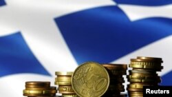 Монеты евро на фоне развевающегося греческого флага. Иллюстративное фото.