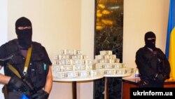 5,2 мільйона доларів, або 26 мільйонів гривень, хабаря в Партеніті показали на прес-конференції в Сімферополі 13 червня 2008 року