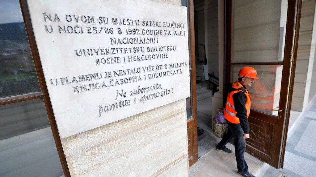 Tabla ispred ulaza u Vijećnicu, Sarajevo