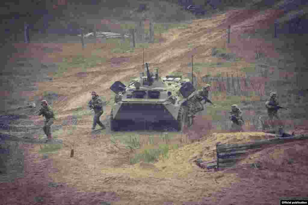 Кыргызстандын армиясынын аскердик контингенттери эл аралык аскердик машыгууларга такай катышып келет. Сүрөт Беларуста өткөн эл аралык машыгуу учурунда тартылган.