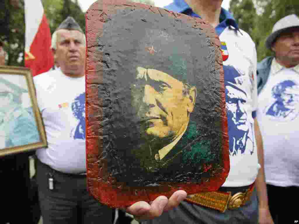Люди відзначають 31-у річницю смерті югославського диктатори Йосипа Броза Тіто, Белград, Сербія, 4 травня. Photo by Darko Vojinovic for AP
