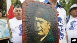 Ljudi sa fotografijama Josipa Broza Tita na godišnjicu njegove smrti, Beograd, maj 2011.