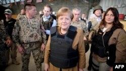 Канцлер Германии Ангела Меркель на севере Афганистана (10 мая 2013 года)