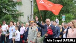 Președintele Igor Dodon în fruntea coloanei de manifestanți socialiști. 9 mai 2018