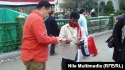 На площади торгуют национальными флагами