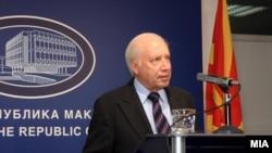 Посредникот во спорот за името Метју Нимиц