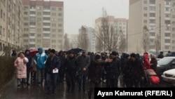 Жильцы накренившегося дома идут на собрание с представителями акимата в здание школы. Алматы, 14 декабря 2019 года.