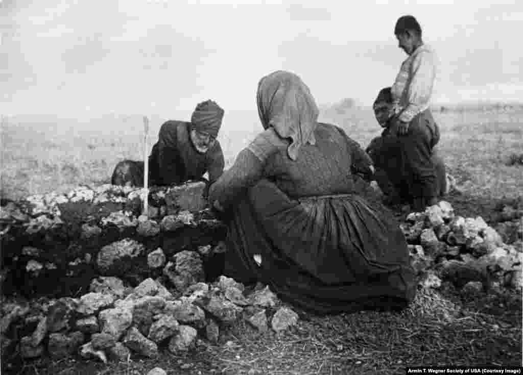 خانواده ارمنی قبری در نزدیکی راه آهن بغداد می کند ( سال ۱۹۱۵)