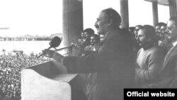 نورالدین کیانوری، رهبر پیشین حزب توده در ایران، در حال سخنرانی برای هواداران حزب.