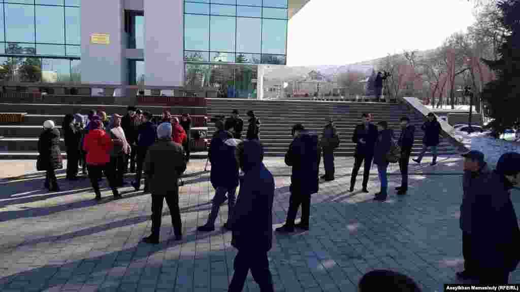 """Десятки людей у Дворца Республики в Алматы сообщили, что не смогли попасть на отчетную встречу с акимом Бауыржаном Байбеком. Они говорят, что """"несмотря на то, что пришли сюда пораньше, в здание людей запускали по списку""""."""