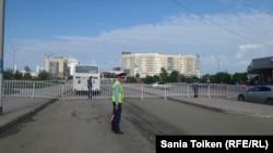 Полицейские оцепили площадь Исатая и Махамбета в Атырау. 21 мая 2016 года.