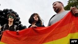 Активисты ЛГБТ-движения на акции протеста против гомофобии в Петербурге