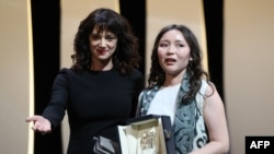 Italian actress Asia Argento presents Kazakh actress Samal Yeslyamova (right) with the Best Actress Prize at Cannes.