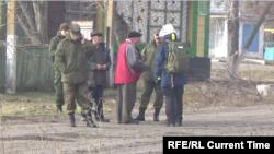 Наблюдатели ОБСЕ беседуют с местными жителями в серой зоне. Коминтерново, Донечкая область, 24 декабря 2015 года.