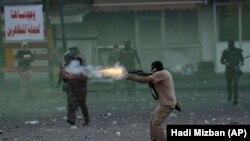 نیروهای امنیتی عراق در زمان متفرق کردن معترضین ضد دولتی در مرکز بغداد