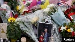 На месте убийства Джо Кокс (Берстолл, 17 июня 2016 года)