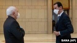 Голова МЗС Ірані Джавад Заріф (ліворуч) та президент Сирії Башар аль-Асад (праворуч) під час зустрічі в Дамаску, 20 квітня 2020 року