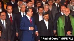 Солдан оңға қарай, бірінші қатарда: Пәкістан президенті Асиф Али Зардари, Тәжікстан президенті Эмомали Рахмон, Иран президенті Махмуд Ахмединежад және Ауғанстан президенті Хамид Карзай. Душанбе, 25 наурыз 2012 жыл